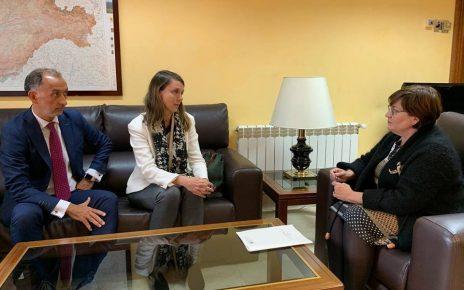 Angela de Miguel y Felix Sanz hablan con la Subdelegada del Gobierno
